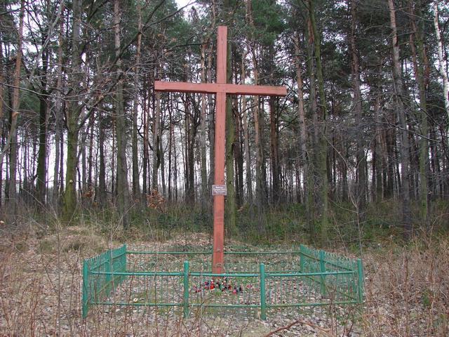 Krzyż obok torów