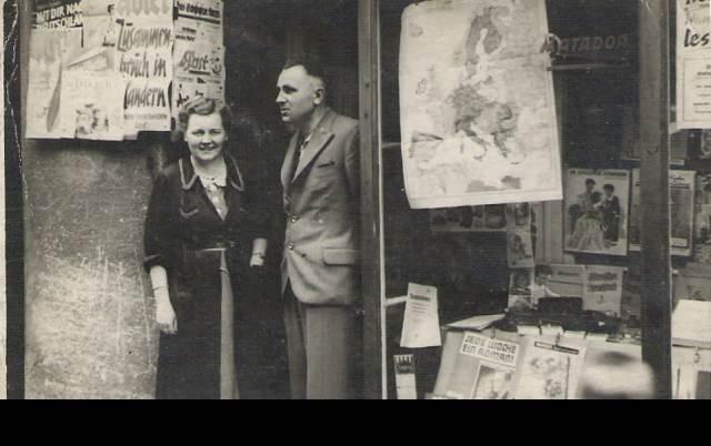 Franciszek Ogon z małżonką przed ich sklepem.