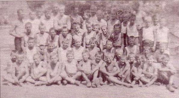 Młodociani uczestnicy marszu śmierci pół roku po wojnie.