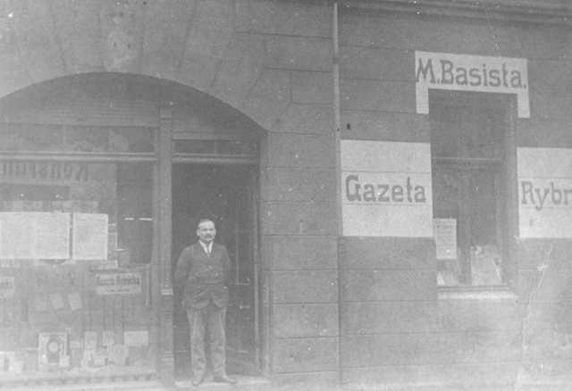 Basista przed swoją księgarnią na ulicy Kościelnej.