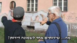 Dawid z wnukiem przed mieszkaniem na zebrzydowickiej