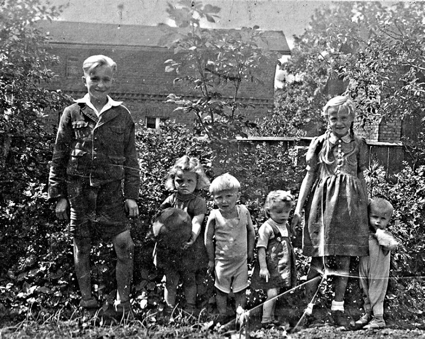 Od prawej siostra Helena i brat Paweł (czwarty od prawej) i ja. Za nami płot z desek.