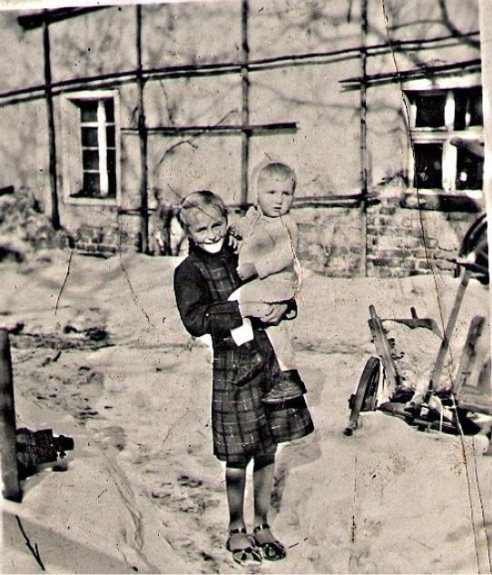 Południowa ściana domu, gdzie żołnierz niemiecki ukrył broń przeciwczołgową. Na przednim planie siostra Helena z bratem Pawłem.