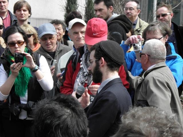 Rabin przy miejscu gdzie stała synagoga Fot. Renata Sosna