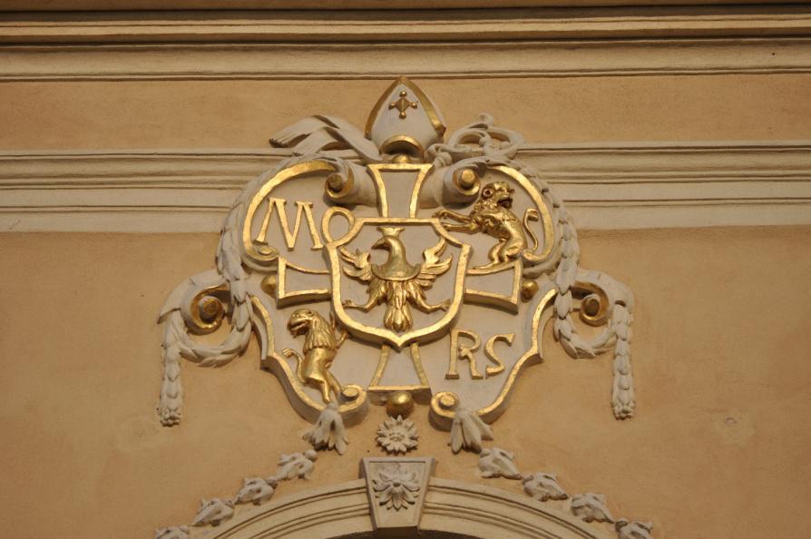 Herb klasztoru Morimond umieszczony na frontowej ścianie kościoła klasztornego w Rudach.