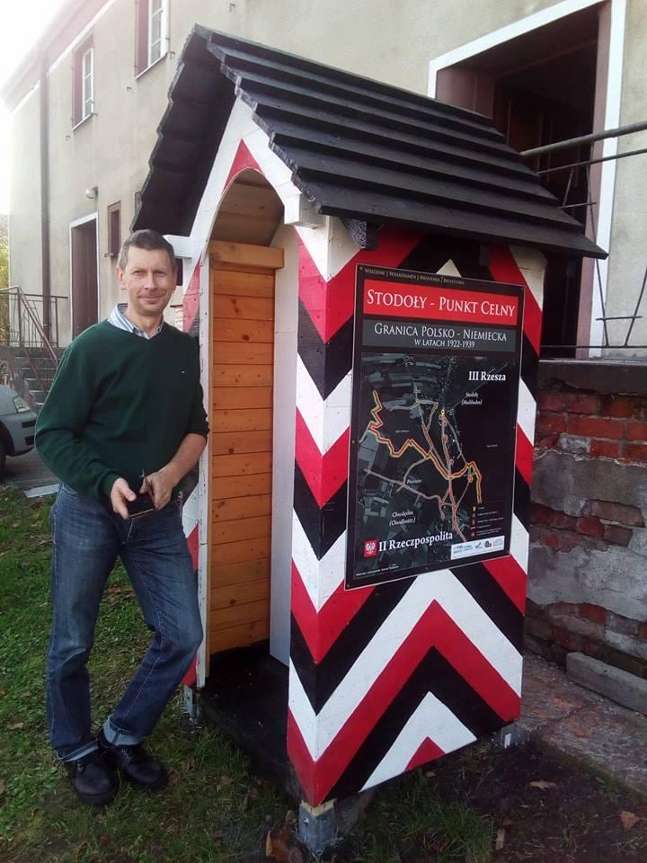 Autor (Henryk Postawka) w przed budynkiem mieszkalnym dla rodzin celników.